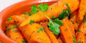 Хрустящая морковь с зирой и кориандром. В приготовлении овощей в сувиде на первый взгляд смысла немного: в отличие от спектра температур, которое в применении к мясу или рыбе позволит добиться многообразия вкусов и текстур, овощи готовят при температуре 80-85 градусов. Меньше – и овощи останутся сырыми, больше – и их уже не отличить от вареных. Тем не менее, именно сувид позволят получить уникальную степень готовности, когда овощи уже мягкие, но при этом сохраняют свою свежесть и хрусткость.