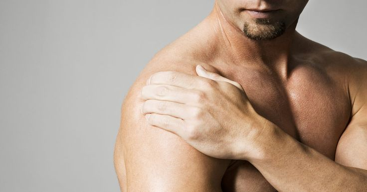 Como fortalecer o manguito rotador lesionado. Um manguito rotador lesionado normalmente leva vários meses para cicatrizar. Durante esse processo, é importante que você faça exercícios de alongamento para ajudar a sua reconstrução. Sempre faça os exercícios de alongamento lentamente e caso sinta dor extrema em seu ombro pare imediatamente. Converse com seu médico antes de iniciar os ...