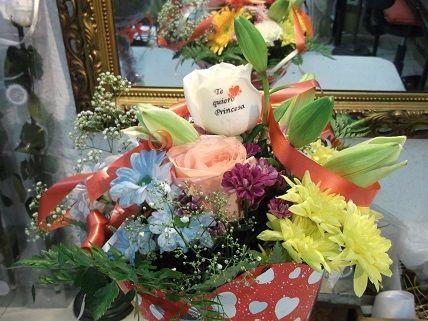 Bouquet de flores variadas, con claveles, liliums, margaritas en varios colores incluyendo el azul, y rosas, con uan de las rosas tatuada con una frase deddicatoria, en www.graficflower.com tenemos articulos tan sorprendentes como estos, vista nuestra web y sorprende a los tuyos