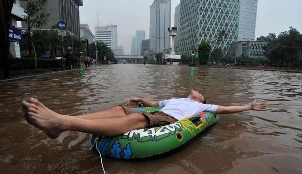 Twit Dari @rogonoto: Jakarta The Greatest Water Park 2 :D pic.twitter.com/G25Xjwwk #JakartaBanjir