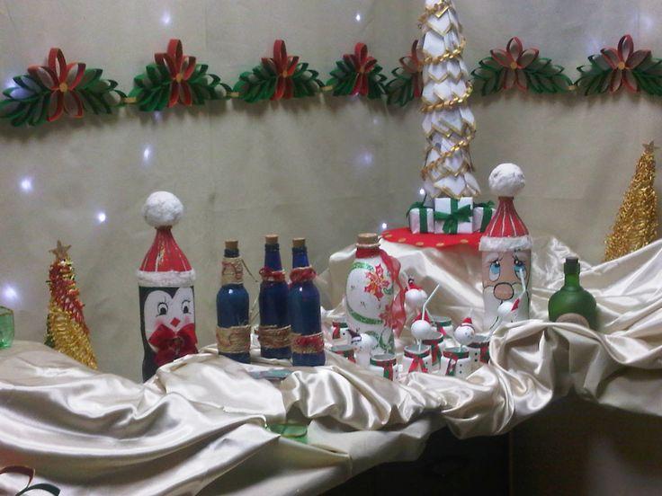 Adornos para la mesa navideña con botellas de yogurt, de cerveza y frasquitos de compotas