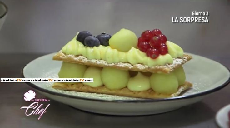 """La ricetta del millefoglie con crema e mele proposta da Sonia Peronaci in """"Una sorpresa da chef"""", il nuovo programma di Canale 5."""