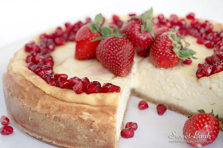 Ľahký jahodový cheesecake s granátovým jablkom / Strawberry pomegranate light cheesecake / Le gâteau au fromage avec fraises et grenade, Recipe at http://danieladanaphotographer.blogspot.sk/2015/05/lahky-jahodovy-cheesecake-s-granatovym.html