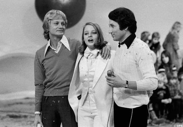 Claude François et Michel Drucker entourent Jodie Foster dans Les rendez-vous du dimanche en 1977