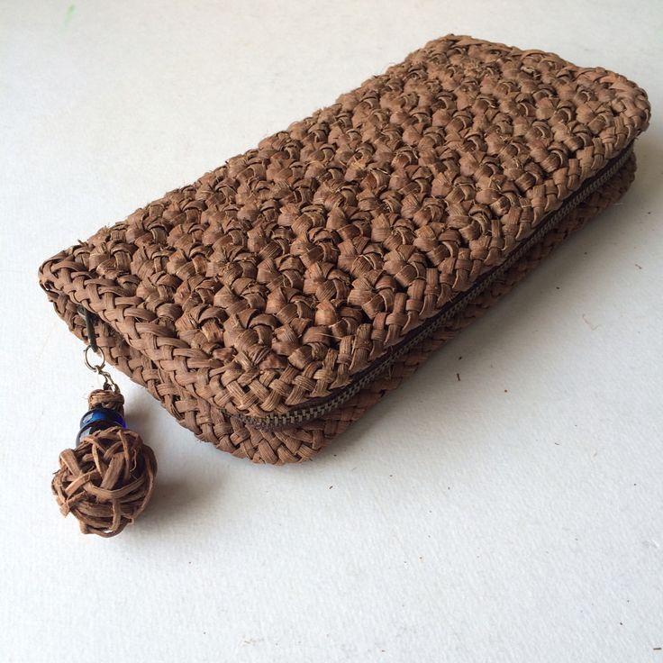 花結びの お財布が やっと仕上がりました ・ ・ 私の 気持ちの中では 花結びのお財布を、また編むことは 封印されていた事でした ・ ・ 5年前に 初めて 花結びを、習って お財布は、小さいからすぐ 出来ると思ったのに 、、 5ミリ芯で 17段 、 1個 1,5㎝に 花結びを編む難しさを、知りませんでした ・ ・ 2枚目の 2個お財布の写った物見て頂くと 上のお財布は、16段しか 編めず 端の花結びを、4個取ってやっと お財布の形にした物です、毎日使っているので 色は 良い色に なって来ました 2017/7/22 ・ ・ #山葡萄 #花結び #お財布 #やまぶどう