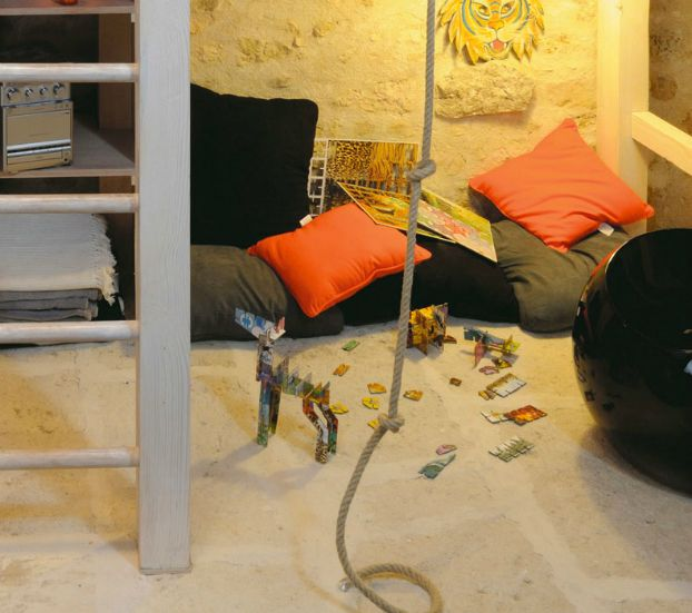 Пространство под кроватью используется для игр и учебы.  (кровать-лофт,двухъярусная кровать,детская кровать,детская,игровая,детская комната,детская спальня,дизайн детской,интерьер детской,индустриальный,лофт,винтаж,стиль лофт,индустриальный стиль,архитектура,дизайн,экстерьер,интерьер,дизайн интерьера,мебель) .
