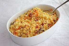 El Arroz Nelba es un arroz largo, cocido y salteado, que lleva un sofrito de cebolla, ajos y zanahoria y al que se añade bacón, podéis sustituirlo por trozos de pechuga de pavo o jamón, y tortilla o huevos revueltos. Lo mejor de todo es que este arroz se puede hacer con antelación, por lo