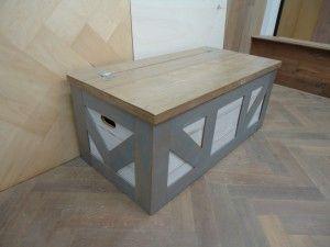 Mooie grote houten kist gemaakt. Deze bijzondere kist is beschoten met een eiken toplaag en voorzien van witte, grijze en transperante lak. Alles op maat en met de hand gemaakt. Afmetingen van deze houten kist zijn lxdxh 110x55x47cm. emailprint
