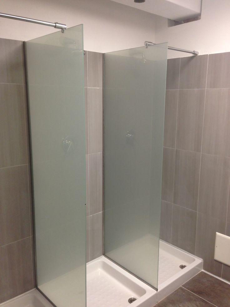 Le docce in palestra: divisori in vetro per dare luminosità ed eleganza
