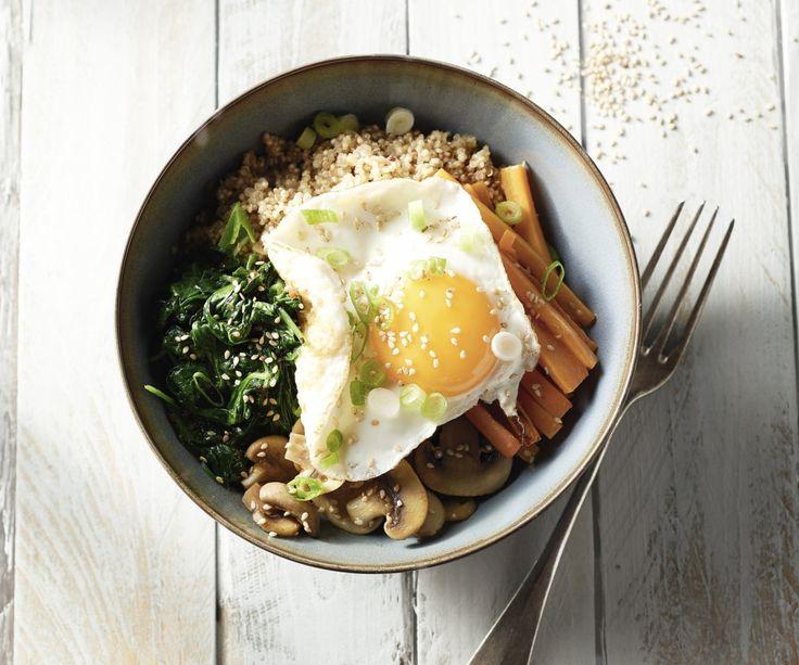 """Il bibimbap è un piatto popolare della cucina coreana ancora relativamente sconosciuta. La parola significa letteralmente """"riso misto con verdure"""", ma noi abbiamo scelto di sostituire il riso con la quinoa nutriente. Insomma: un piatto vegetariano sorprendente che piacerà a tutti!"""