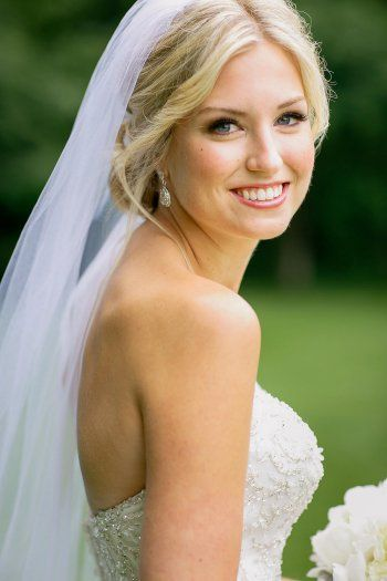 Ob eine Brautfrisur in Blond oder Braun...Für jeden Brauttyp gibt es die passende Frisur! - Finde deine in der Galerie von Hochzeitsportal24...