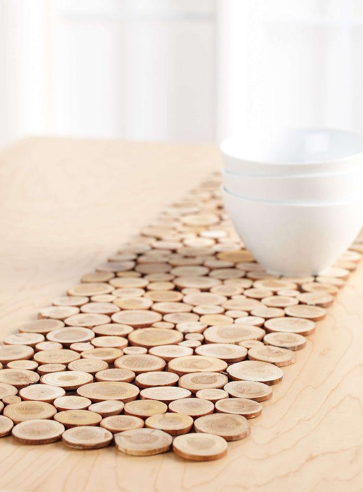 Jeu de petites bûchettes de bois appliquées en mosaïque sur une feutrine choco, un bel accent rustique qui s'agence facilement aux décors traditionnels et qui réchauffe à tout coup les pièces très modernes.
