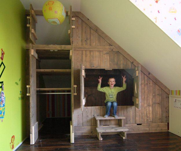 Inbouw bedstee van steigerhout. Onder schuine wand / dak.