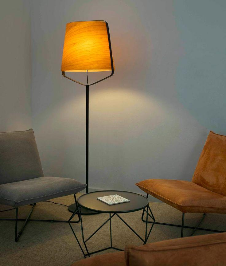 Lámpara pie de salón madera y negro STOOD ambiente