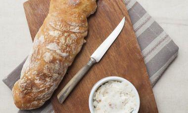 Bageta bez lepku se sýrovou pomazánkou
