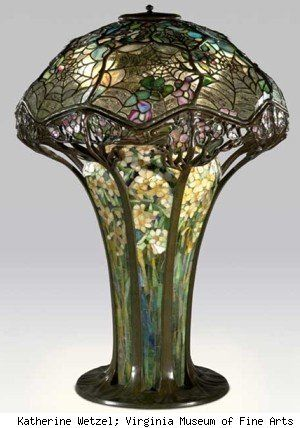Lampara de mesa  de telas de araña  Louis Comfort Tiffany . Esta en el  Virginia Museum of Art