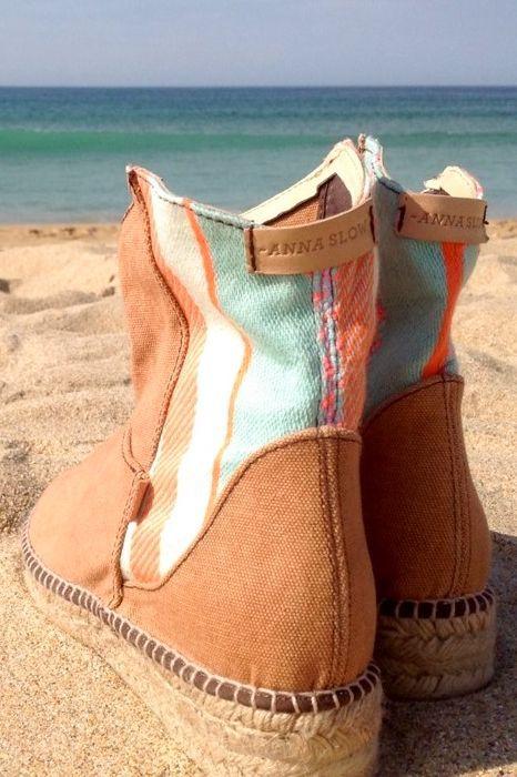 Handgemaakte low boots van Anna Slow met kleurrijke stiksels op de zijkanten en achterkant.