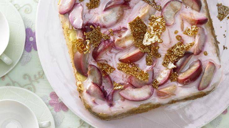 Auf lockerem Biskuit tummeln sich saftige Fruchtstücke in Joghurtcreme : Joghurt-Pflaumen-Torte | http://eatsmarter.de/rezepte/joghurt-pflaumen-torte
