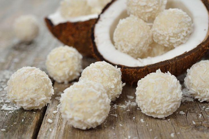 I tartufini cocco e mandorle sono dei dolcetti strepitosi, golosi e facilissimi da preparare anche perchè non richiedono cottura. Ecco la ricetta