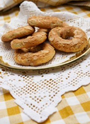 Recipe for Koulourakia amigdalou (Almond cookies) from www.cookingwithmarialoi.com