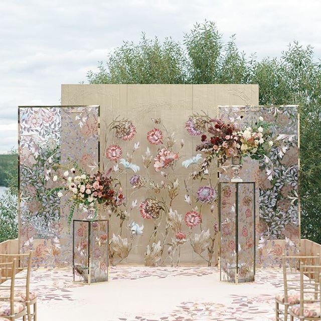 Вдохновившись потрясающими цветочными орнаментами английского художника Уильяма Морриса, которые широко применяются в создании самых стильных интерьеров, мы создали очень тонкий, сложный и богатый на непривычные фактуры проект. Панно с золотой фактурной штукатуркой на заднем плане придавали глубину стеклянным панелям и тумбам с росписью, а вазоны с раскидистой флористикой тёплых осенних оттенков дали объём всей композиции. Wedding planner @caramelwedding Decor @mezhdu_nami_ Photo…