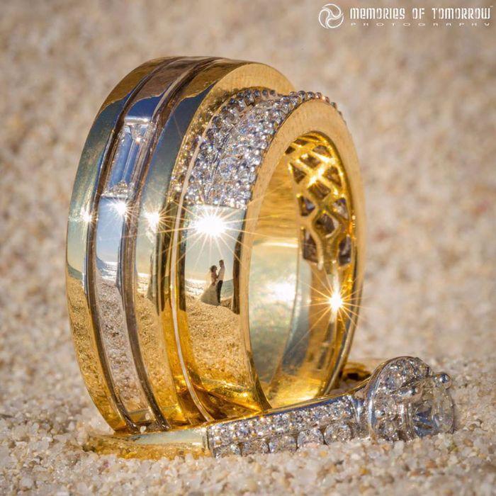 Il photographie les mariés… dans le reflet de leurs alliances ! 14 superbes photos.