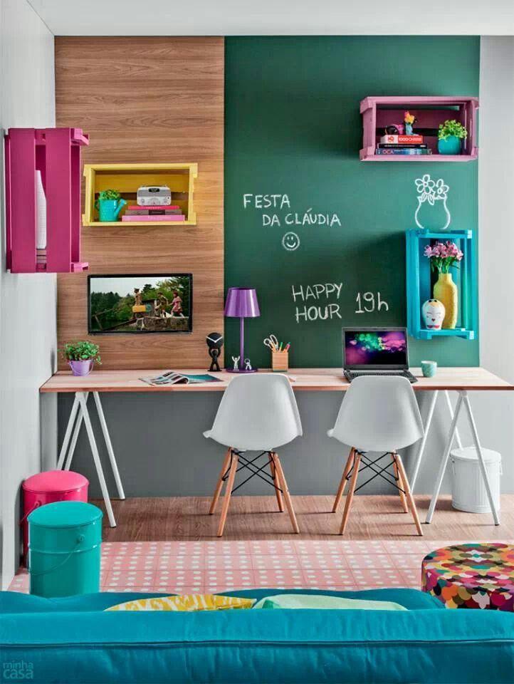 Home office Papel contact (verde ou preto), contact efeito madeira, caixas de frutas pintadas. Bancada de porta antiga.