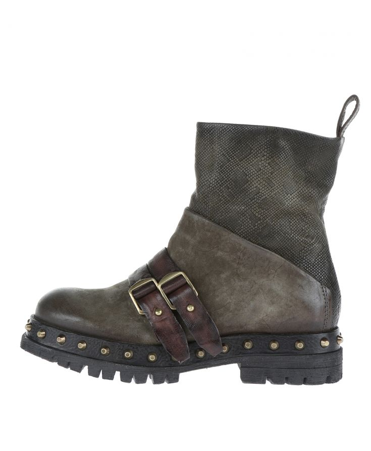 Rocky boot with flashy track-sole and premium leather-mix. The two prominent buckles complete the special look.