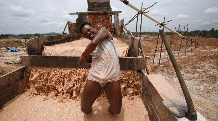 VIDEO. Bangka, l'île indonésienne sacrifiée au nom de la poudre d'étain  Cette île autrefois paradisiaque produit un tiers de la poudre d'étain utilisée dans le monde pour fabriquer des tablettes ou des téléphones portables. Les conditions de travail y sont terrifiantes.