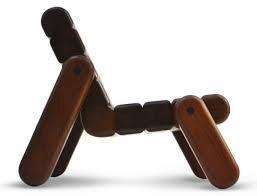 A estrela brasileira em ascensão Zanini de Zanine ama o robusto. Sua cadeira de madeira inflada para Cappellini combina o excesso de escala com uma valorização da madeira recuperada.