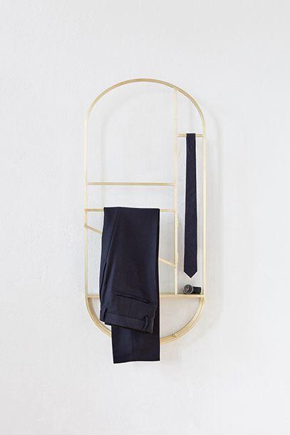 Foldwork est un croisement entre un morceau de mur, inspiré par des constructions à colombages, et un porte-vêtements. Accroché au mur, il peut être déplié et ainsi fournir un maximum d'espace disponible. ...