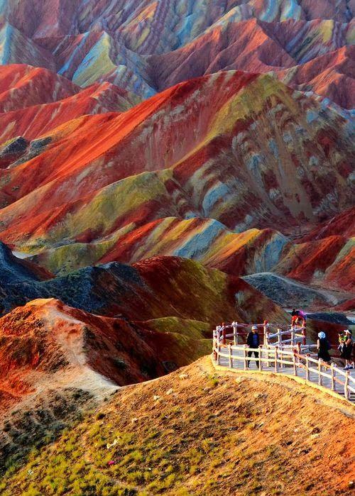 Ces formations rocheuses colorées se trouvent à Zhangye Danxia, dans la province de Gansu en Chine. Elles sont le résultat du dépôt de couches de sédiments de couleurs différentes pendant 24 millions d'années entre deux plaques tectoniques qui, avec l'aide de l'érosion, ont créé ces paysages bariolés.