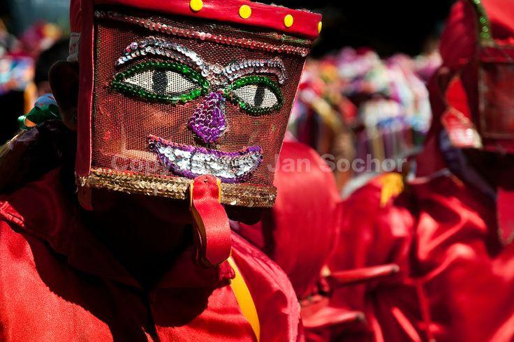 Las lentejuelas son uno de los materiales mas utilizados para la fabricación de las mascaras y los vestidos de los diablos. En esta imagen se puede apreciar la obra de arte que puede llegar a ser una mascara de diablo del Corpus Christi de Atánquez.