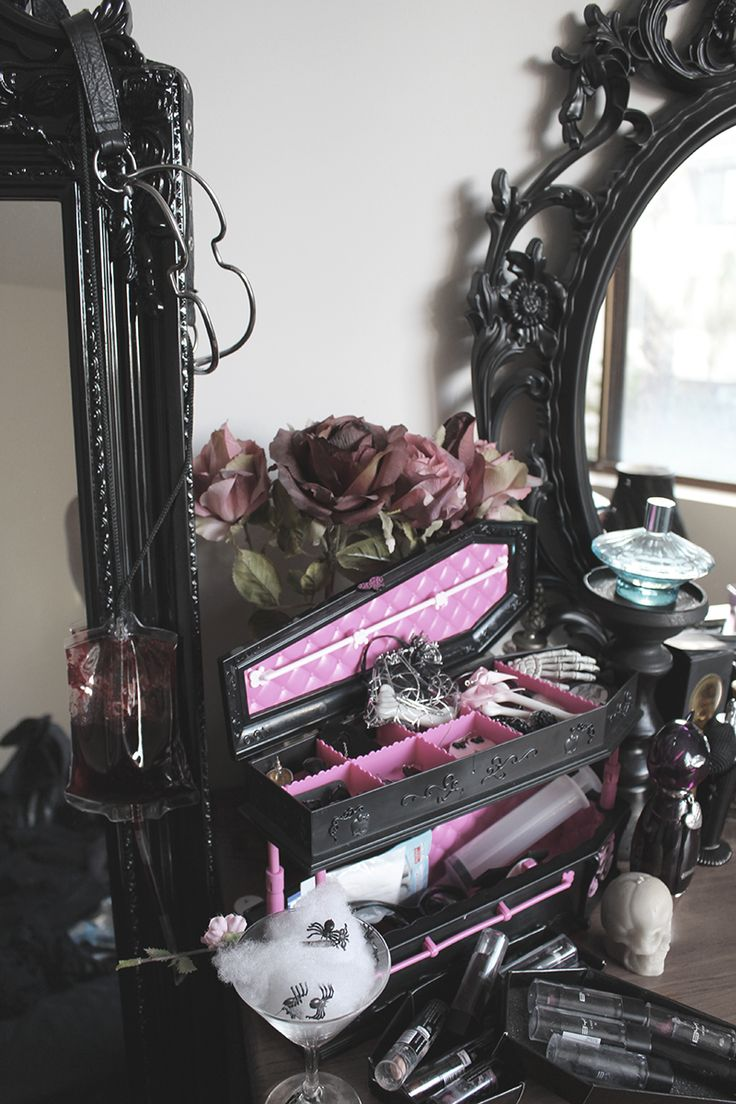 Amazing Gothic Glam dressing table  - Draculara Monster High Coffin Jewelry Box