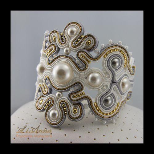 Do kolczyków 337 powstała podobnie jak kolczyki, bardzo elegancka bransoleta . Została wykonana wg autorskiego projektu, od podstaw ręcznie z sznurków sutasz w kolorze złotym, białym i szarym z perłami Swarovskiego w kolorze szarym i białym oraz maleńkimi koralikami Toho.