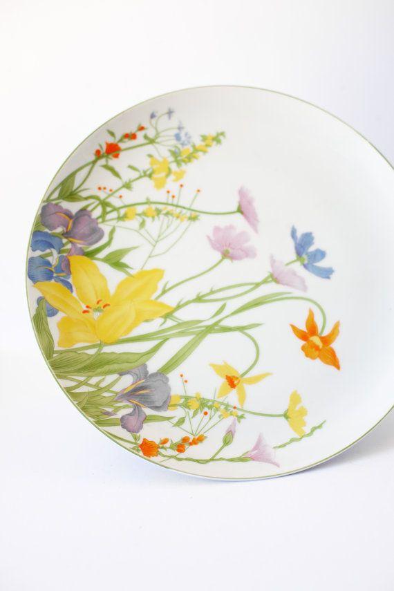 Lengkapi dengan piring cantik bermotif Lily Paskah ini untuk meja atau sebagai hiasan dinding.
