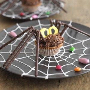 """Ein Hingucker auf jeder Halloweeparty! Diese """"Spider Muffins"""" Idee stammt von yummymummybeauty.com.  Eine super Idee für alle die es bevorzugen Spiderman am TV bei der Arbeit zuzuschauen, anstatt sich selber in hautengen Anzügen durch die Häuserschluchten der örtlichen Innenstadt zu hangeln.   Bleibt original."""