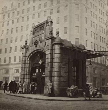 Foto de la entrada del metro de Madrid (línea 1), 1929, con aspecto monumental y una influencia art decó.
