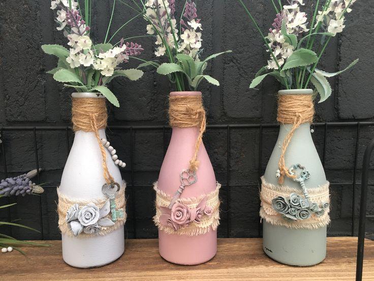 Diy flesjes pimpen  Flesjes ontvetten, afwasmiddel, gesso erop dan in de kleur verven. Roosjes maken van klei, verven. Stukje touw om de hals, stukje jute om de fles bloemetje erin en klaar!