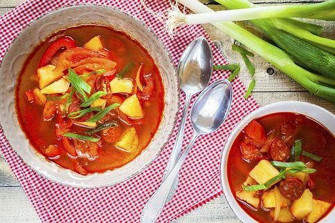 Pár surovin, voňavá paprika a během chvilku z hrnce zavoní opravdová pochoutka. Vsaďte na bramborový guláš!