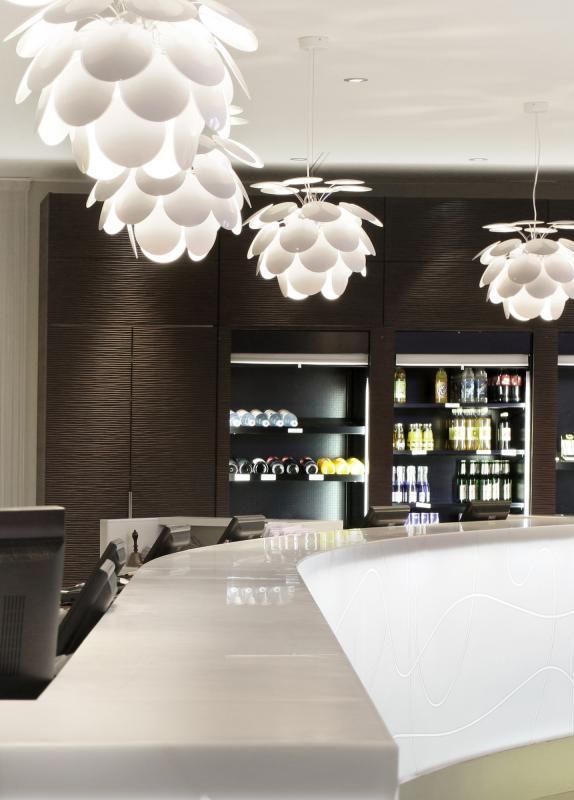 Marset Discocó 53: Die Pendelleuchte ist ein echtes Design-Highlight! Es mutet wie eine nach unten geöffnete Blüte an, die 35 lackierten ABS Scheiben in Weiß reflektieren das Licht. So ergibt sich ein angenehmes Lichtbild im Raum. Egal ob über dem Ess- oder Wohnzimmertisch, diese Leuchte ist ein moderner Blickfang in Ihrem Zuhause. #pendelleuchte #hängend #decke #wohnzimmer #esszimmer #wohnbereich #marset #discoco53 #modern #home #zuhause #wohlfühlen #weiß #hell #freundlich #reuter #reuterde