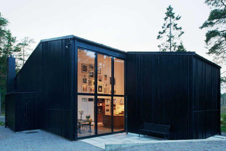 House by Katarina Lundberg In Praise of Shadows Arkitektur AB. Trähus med regelstomme och platsgjutna lättslipade betonggolv. Plankfasad målad med svart linoljefärg
