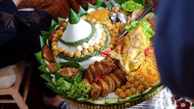 Dalam Pernikahan Adat Jawa Terdapat Prosesi Siraman Saat Siraman Ini Biasanya Disajikan Tumpeng Robyong Yang Terbuat Dari Nasi Putih Pengantin Pernikahan Nasi