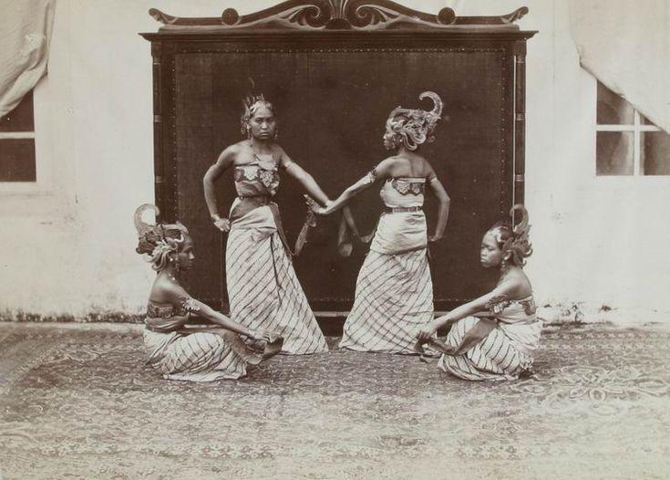 Bedojo-danseressen van de regent van Bandoeng...