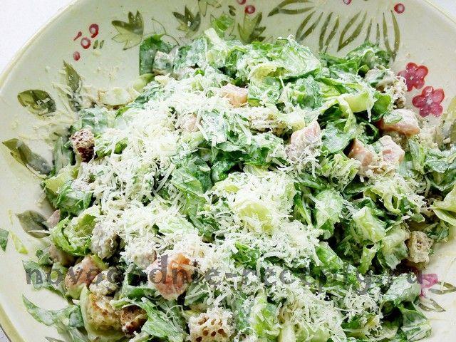 Новогодний рецепт салата цезарь с семгой - легкого и пикантного блюда, подходящего для любого застолья.