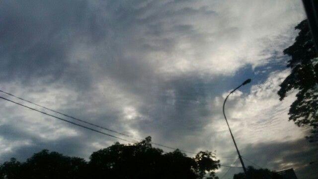 Awan kelabu dan awan putih bertemu..di langit pagi di atas Pancoran.. #Kamis24maret2016