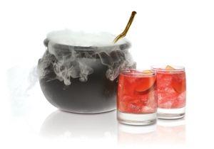 Cocktail Ponche con ginger ale, manzana roja, zumo de piña y frutos rojos, vodka... halloween
