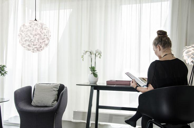 VITA LORA XL 2065 Lora Xl lampen har nesten 65 identiske brikker . Dukan bruke den som et smykke , men også som en gulvlampe. Denne lampen er designetav Vita designer Lorenzo Radaelli.