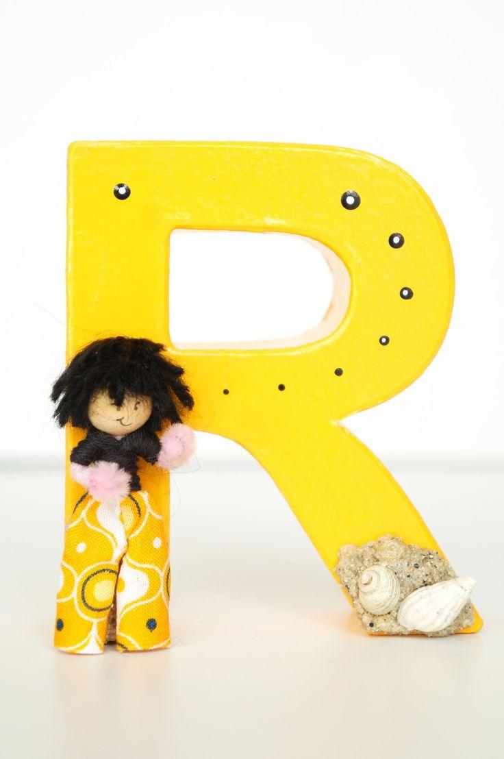 Lettre déco R avec petit personnage, jaune, bibelot, papier mâché, 10cm