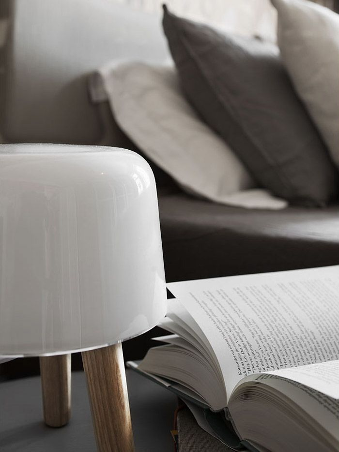 Ložnice ve skandinávském stylu s lampičkou Milk a stolkem Hoof od &tradition (AndTradition)